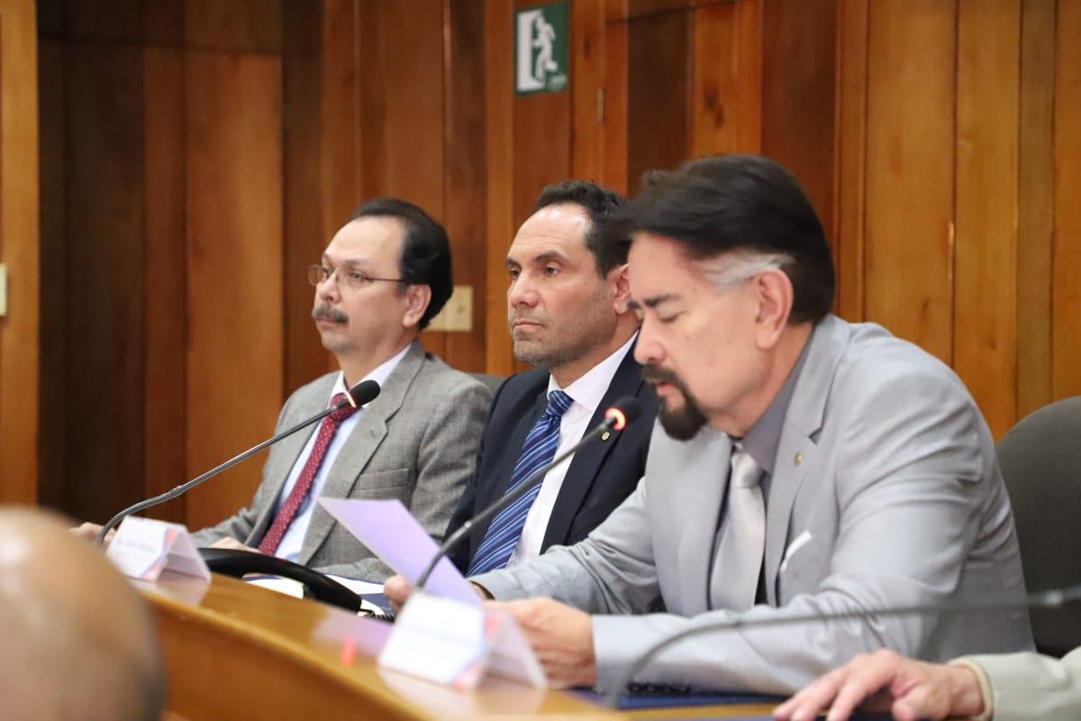 El secretario Carlos Valladares durante la lectura de comunicado. Fotografía de Elio Morales.