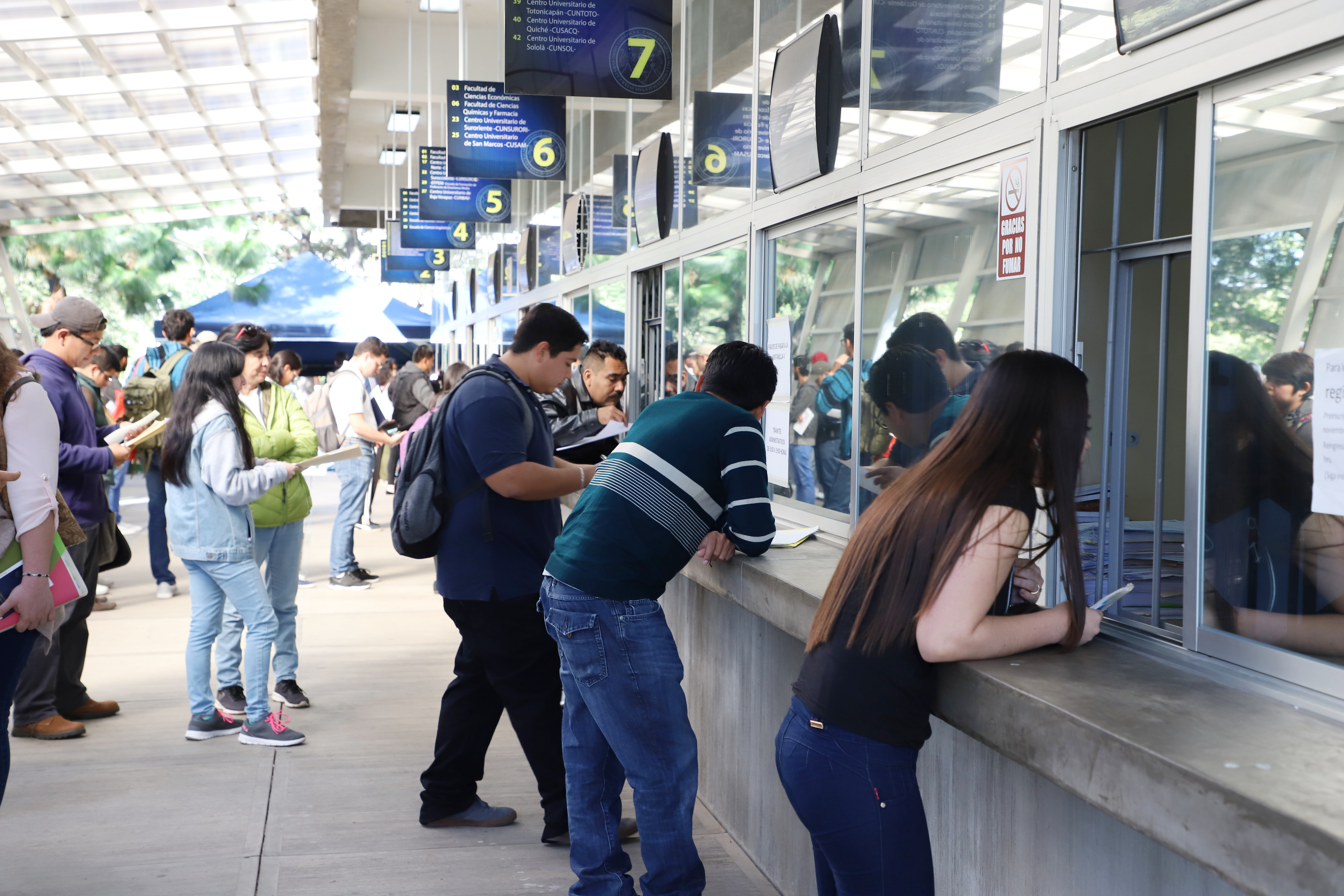 Estudiantes realizando trámites en las ventanillas de atención de Registro y Estadística. Fotografía  de Elio Morales
