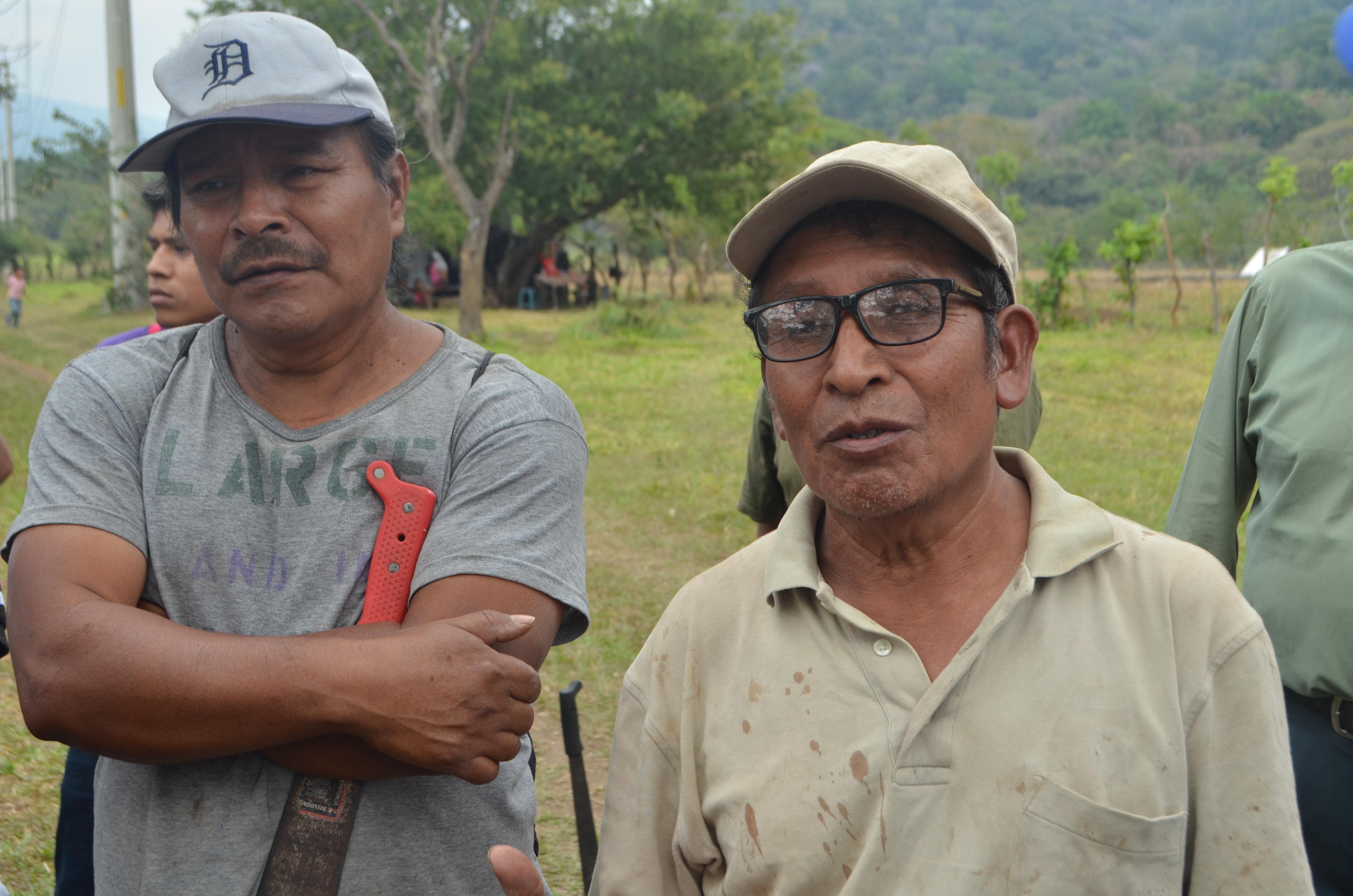 Algunas de las personas que tienen usurpados los terrenos de la USAC durante la visita de campo que realizó el Rector, Ing. Murphy Paiz.